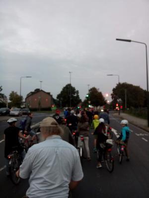 Critical Mass Düsseldorf Radfahrer im Dunkeln an der Ampel